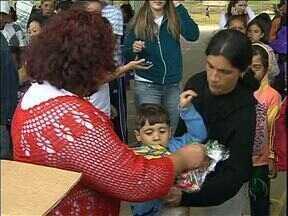 Páscoa chega mais cedo para mais de duas mil crianças no Alto Boqueirão - Por conta do trabalho de voluntários, elas ganharam chocolate de presente.