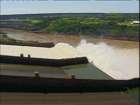 Turistas apreciam vertedouro da Itaipu, em Foz do Iguaçu - Depois de mais de seis meses fechadas, uma das três calhas da Usina Hidrelátrica de Itaipu foi aberta.