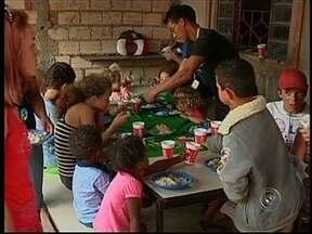 Catador de recicláveis oferece almoço para 350 pessoas na Sexta-Feira Santa em Avaré, SP - Ele recebeu apoio de voluntários para preparar o almoço da sexta-feira da Paixão. Foram servidos arroz, feijão e batata com bacalhau.
