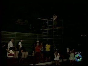 Católicos já esperam para assistir a encenação da Paixão de Cristo em Umuarama - Encenação já é tradicional no Morro das Antenas em Umuarama. Em Paranavaí, fiéis foram às igrejas para a celebração da Sexta-Feira Santa.