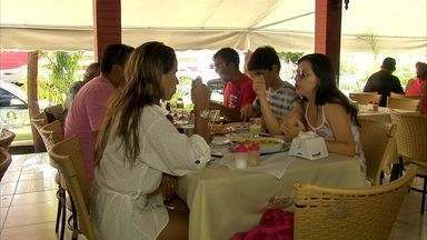 Restaurantes ficam lotados na sexta-feira santa em Fortaleza - Mesmo fora de casa, cristãos mantêm a tradição de não comer carne na sexta-feira santa.