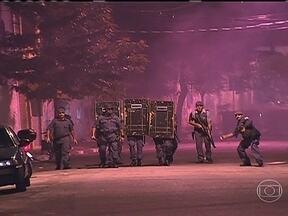 Após morte de jovens, moradores em PMs entram em conflito em SP - Moradores e policiais militares entraram em confronto em um bairro da Zona Sul de São Paulo, depois que dois jovens foram mortos. Segundo a polícia, os homens fugiram de uma abordagem que começou e trocaram tiros com uma patrulha.