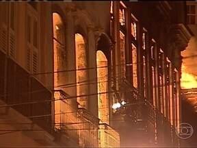 Incêndio destrói lojas da Saara, no Rio de Janeiro - Um incêndio destruiu dez lojas da Saara, o principal centro de comércio de rua do Rio de Janeiro. As chamas começaram por volta das 23h de sexta-feira (29).