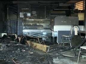 Bombeiros controlam incêndio em restaurante no DF - Os bombeiros controlaram as chamas uma hora depois de começar. Não houve vítimas, apenas danos materiais. De acordo com a corporação, um curto circuito é a causa mais provável do incêndio, mas só uma perícia vai poder esclarecer o incidente.