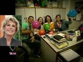 Equipe do Mais Você não fica de fora da comemoração do aniversário de Ana Maria - Todo mundo ajuda a encher balão para a festa da apresentadora