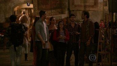 Zyah mente para não levar os turistas ao restaurante de Cyla - Maitê se preocupa com Bianca