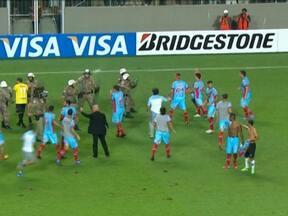 Time argentino é condenado a pagar indenização após confusão em MG - Os jogadores do Arsenal se envolveram em confusão com policiais militares que escoltavam a arbitragem. Com escudos, a PM acuou os jogadores nos vestiários do estádio. Os jogadores arremessaram cadeiras e atingiram um radialista.