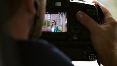 Policiais fotografam Rosângela saindo do hotel e no aeroporto - Lívia e Wanda especulam sobre Théo. Enquanto isso, a delegada checa as informações sobre o embarque de mais meninas traficadas pela máfia