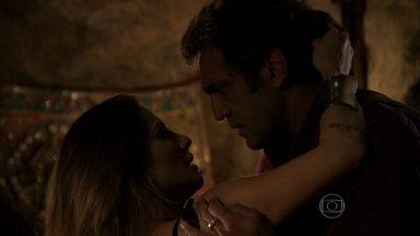 Salve Jorge - Capítulo de quinta-feira, dia 04/04/2013, na íntegra - Zyah e Bianca se beijam na caverna