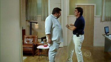 Dançando embalado, Paladino decide: vai procurar Sheila - O dentista explica para o amigo Sérgio que tem uma pista para encontrar a golpista