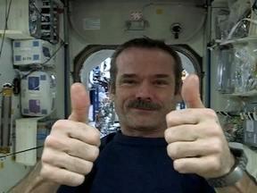 Comandante da Estação Espacial Internacional compartilha fotos e vídeos do seu dia-a-dia - Os vídeos e fotos que o coronel Chris Hadfield publica em redes sociais já foram compartilhados milhares de vezes no mundo todo. Seu estilo informal de retratar o dia-a-dia na estação é o maior atrativo.