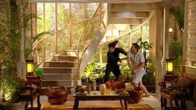 Cassiano briga com Alberto - Ester se apavora ao ver o ex-noivo