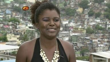 Janaína Fiel é dona de uma casa de festas na Rocinha - Emocionada, ela diz que procura sempre fazer o bem