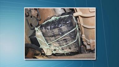 Dois homens são presos com 209 kg de maconha em caminhonete - Droga estava por baixo da carroceria de uma Nissan Frontier. Apreensão ocorreu no município de Floresta, no Sertão do estado.