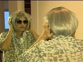 Maitê Proença participa de aula de dança em Universidade da Terceira Idade, no Rio - A atriz, que tem 55 anos, está interpretando nos palcos uma mulher de 86 anos. Ela usou um disfarce e se transformou em Isadora, uma senhora que vai assistir a peça da Maitê Proença no teatro e vai dividir lugares em uma van com outras senhoras.