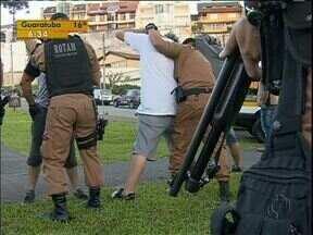 Polícia Militar fez operação especial em parque de Curitiba - Ação foi no Guabirotuba. Vizinhança diz que local é usado para venda de drogas.