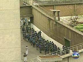 PMs da Rota serão julgados por massacre do Carandiru - Após dois adiamentos, deve começar nesta segunda-feira (15), em São Paulo, o primeiro dos quatro júris do massacre do Carandiru. Deverão ser julgados 26 dos 79 policiais militares acusados de participarem da invasão à Casa de Detenção.