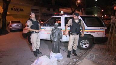 Dois homens são presos com estátua de bronze roubada de cemitério em Belo Horizonte - Peça tem 1,40 metro de altura e pesa cerca de 100 quilos.