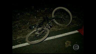 Casal e filho de dois anos morrem atropelados quando estavam em bicicleta em Montes Claros - De acordo com a polícia, eles foram atingidos por um carro que estaria em alta velocidade.