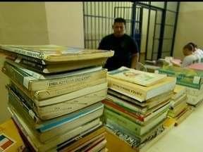 Internos da Papuda leem livros na cadeia - Uma pesquisa da UNB mostra que os presos leem até quatro títulos por mês. Dos presos, 70% dos detentos são leitores. Segundo depoimento de presidiário, a leitura melhorou seu raciocínio.