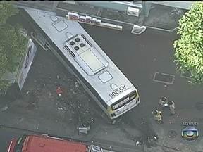 Ônibus invade prédio em Ipanema - Um ônibus bateu em um carro, subiu na calçada e foi parar na portaria de um prédio no bairro de Ipanema, na Zona Sul do Rio de Janeiro. A Rua Visconde de Pirajá está interditada para o trânsito. Três pessoas ficaram feridas.
