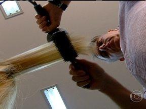 Cuidados com os cabelos podem prevenir problemas futuros - Cuidar bem dos cabelos pode ajudar na prevenção de queda e de outros problemas no couro cabeludo e nos fios. Usar bem o secador e alimentar-se bem contribuem para uma boa saúde dos cabelos.