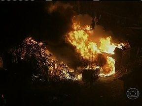 Explosão em fábrica deixa cinco mortos e mais de 160 feridos no Texas - O fogo se espalhou e atingiu tanques que armazenavam substâncias inflamáveis usadas em fertilizantes. O impacto da explosão foi tão forte que destruiu 50 casas e um asilo.