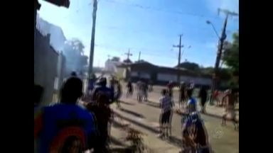Imagens da internet mostram conflito de torcedores antes de jogo de futebol - Antes do jogo, duas pessoas foram assassinadas.