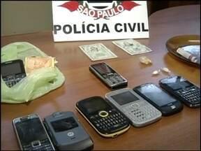 Operação prende 27 suspeitos de tráfico no Centro-Oeste Paulista - Uma operação conjunta das polícias civil em Ourinhos, Assis e Bauru (SP) resultou na prisão de 27 pessoas que integravam uma quadrilha de traficantes de drogas que agia na região, na manhã desta quinta-feira (18).