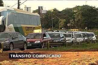 Por causa de obras, motorista precisa ter paciência na Marginal Botafogo, em Goiânia - Congestionamento no trecho que liga regiões sul e norte começa cedo.Ponto crítico fica na divisa dos setores Sul e Jardim Goiás. Prefeitura está construindo três viadutos no local.