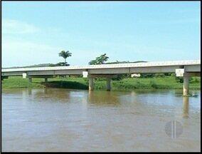 Ponte que liga bairros em Itaperuna, RJ, continua sem utilização - Foram investidos quase 14 milhões de reais nas obras.Segundo DER, a obra para os acessos das vias ainda está em fase de licitação.