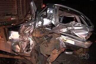 Carro bate em caminhão na BR-060 e motorista do veículo morre, em Goiás - Um acidente envolvendo dois carros e um caminhão na BR-060, em Goianápolis, Região Metropolitana de Goiás, deixou uma pessoa morta na noite de quinta-feira (18).