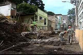 Deslizamento de terra em Vitória completa um mês nesta sexta - Rua continua interditada.