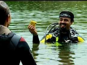 Mutirão com mergulhadores e atletas retira lixo de trilhas e do Lago Paranoá, no DF - Uma equipe do DFTV preparou um mutirão de limpeza por trilhas e nas águas do Lago Paranoá. Em 30 minutos de mergulho, foram retirados o equivalente a nove sacos de lixo das águas do lago.