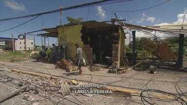 Ônibus bate em poste e derruba parede de borracharia em Jaboatão - Três pessoas ficaram feridas. Motorista perdeu o controle do veículo.