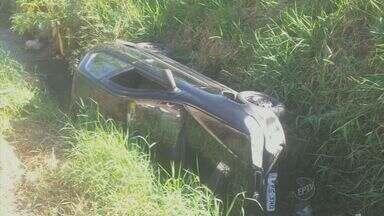 Dupla rouba carro e durante fuga cai em córrego de Piracicaba - Dois jovens de 18 anos foram detidos na manhã deste domingo (21), em Piracicaba (SP), depois de fugirem da Polícia Militar pelo bairro Tatuapé com veículo roubado.