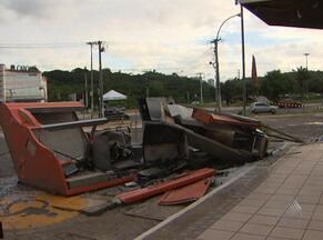 Caixa eletrônico de shopping é explodido no Imbuí, em Salvador - Segundo a polícia, quatro homens armados renderam o vigilante que fazia a segurança do local.