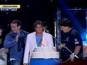Roberto Carlos encanta fãs em show em Porto Alegre - Cantor comemorou aniversário no show.
