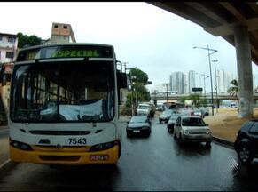 Ônibus quebra na Rótula do Abacaxi e deixa trânsito complicado - Em alguns momentos, era possível apenas um veículo passar por vez.
