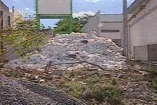 Sudema identifica lixo hospitalar a céu aberto no HU em Campina Grande - Sudema diz que vai multar o hospital, caso o lixo não seja recolhido.