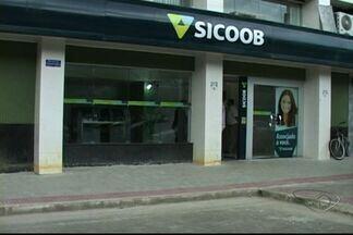 Homens rendem segurança e assaltam banco no Sul do ES - Sicoob informou que quantia levada ainda não foi apurada pela instituição. Polícia tem as imagens do assalto, mas até às 17h ninguém foi preso.