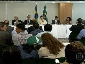 Representantes da Contag entrega reivindicações a presidente Dilma Rousseff - A lista com 13 pedidos, que fazem parte da agenda do Grito da Terra, foi entregue a presidente Dilma Roussef pela Confederação Nacional dos Trabalhadores na Agricultura. O Governo deve discutir as propostas até o final de abril.