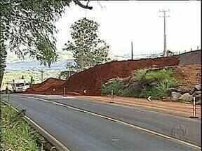 PR-445 fica bloqueada por duas horas para explosão de rocha - A detonação fez parte das obras de duplicação do trecho urbano da rodovia