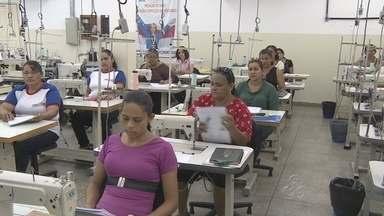 Curso de corte costura atrai mulheres em Manaus - O curso é oferecido gratuitamente pelo Senac