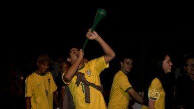 Amistoso entre Brasil e Chile lota mineirão com muita gente animada - Pelo menos 32 pessoas tiveram problemas com os ingressos.