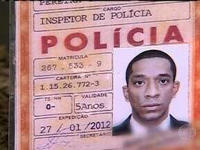 Homem é preso com carteira falsa de policial, arma e DVDs piratas no Rio - Um homem foi preso na madrugada desta sexta-feira (26), com um documento falso e porte ilegal de arma. Ele estava em Copacabana, na Zona Sul do Rio, e tentou fugir com a chegada da Polícia Militar.