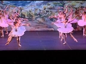 Bailarinos formados pela escola Bolshoi de Santa Catarina encantam plateia no DF - Bailarinos da escola do teatro Bolshoi no Brasil levaram uma multidão ao Ginásio Nilson Nelson e encantaram a plateia. Quase 10 mil pessoas assistiram ao espetáculo.