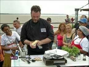 Ogro Jimmy coloca a mão na massa e prepara peixe em Belém do Pará - No mercado, Jimmy cozinha para os paraenses embaixo de chuva