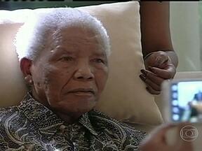 Divulgadas as primeiras imagens de Nelson Mandela em quase um ano - Mandela recebeu a visita do presidente da África do Sul, Jacob Zuma, e outros líderes políticos. Ele se recupera do terceiro problema de saúde em quatro meses.