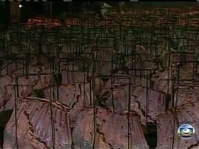 Grande churrasco de costela comemora dia do Trabalho em Cascavel (PR) - Durante a festa são assados 600 costelões e 1,7 mil churrascos pequenos, totalizando 18 toneladas de carne. Quarenta assadores trabalham desde cedo para deixar tudo pronto ao meio dia.